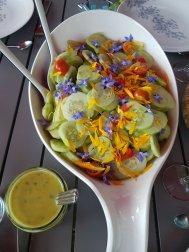 Een zalige salade met eetbare bloemen uit eigen kas en tuin