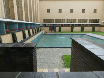 De binnenplaats van het Raadhuis met vijver