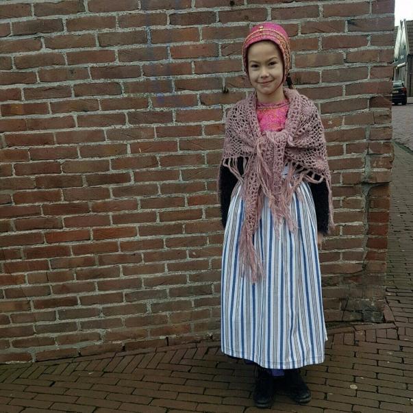 Meisje op Urk in klederdracht