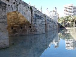 Een van de vele bruggen over het Turia-park